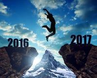 La muchacha salta al Año Nuevo 2017 Imagen de archivo