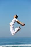 La muchacha salta al aire libre fotos de archivo