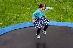 La muchacha salta en el trampolín Imágenes de archivo libres de regalías
