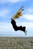 La muchacha salta sobre el mar Báltico imagen de archivo libre de regalías