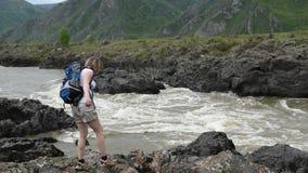La muchacha se acerca al río de la montaña almacen de metraje de vídeo
