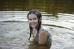 La muchacha se baña en el lago Imagenes de archivo