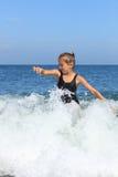 La muchacha se baña en el mar Fotos de archivo