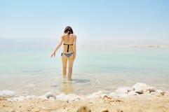 La muchacha se baña en el mar muerto Fotografía de archivo