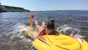 La muchacha se baña en el río almacen de metraje de vídeo