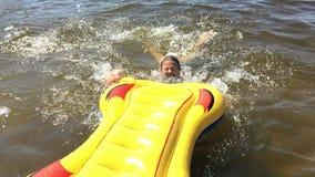 La muchacha se baña en el río almacen de video
