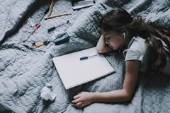 La muchacha se cayó dormido mientras que trabajaba en Grey Bed imágenes de archivo libres de regalías