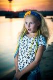 La muchacha se coloca cerca del agua Fotografía de archivo libre de regalías
