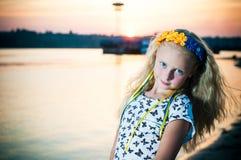 La muchacha se coloca cerca del agua Imagen de archivo libre de regalías