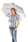 La muchacha se está colocando bajo el paraguas Fotografía de archivo