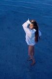 La muchacha se está colocando en el agua Imagen de archivo libre de regalías