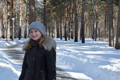 La muchacha se está colocando en el bosque del invierno Imagen de archivo libre de regalías