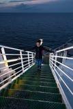 La muchacha se está colocando en las escaleras Imagenes de archivo