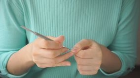 La muchacha se hace que manicure con el empujador de la cutícula almacen de video