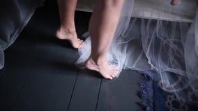 La muchacha se levanta en los dedos del pie almacen de metraje de vídeo