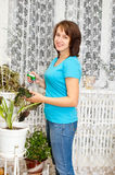 La muchacha se ocupa la flor Fotografía de archivo