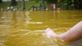 La muchacha se relaja en aguas termales almacen de metraje de vídeo