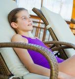 La muchacha se relaja en aquapark Imagenes de archivo