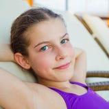 La muchacha se relaja en aquapark Imágenes de archivo libres de regalías