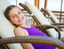 La muchacha se relaja en aquapark Fotos de archivo