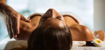 La muchacha se relaja en el balneario y consigue masaje fotos de archivo