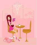 La muchacha se relaja leyendo un libro y bebiendo el café Imagen de archivo libre de regalías