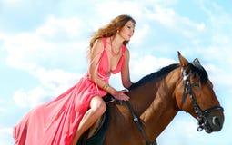 La muchacha se sienta en caballo Fotos de archivo libres de regalías