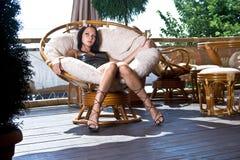 La muchacha se sienta en el café solamente Foto de archivo libre de regalías