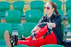 La muchacha se sienta en el estadio Imagenes de archivo