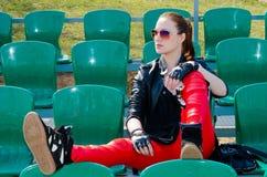 La muchacha se sienta en el estadio Imagen de archivo