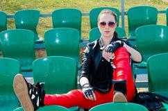 La muchacha se sienta en el estadio Foto de archivo libre de regalías