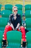 La muchacha se sienta en el estadio Fotografía de archivo