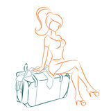 La muchacha se sienta en la maleta desbordada Imágenes de archivo libres de regalías