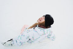 La muchacha se sienta en nieve y la preparación montar Fotos de archivo