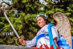 La muchacha se vistió para arriba como ángel con la espada en desfile, Guatemala Foto de archivo libre de regalías