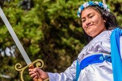 La muchacha se vistió para arriba como ángel con la espada en desfile, Guatemala Fotografía de archivo libre de regalías