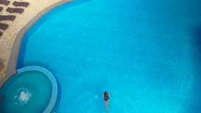 la muchacha se zambulle en la piscina almacen de metraje de vídeo