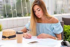 La muchacha seria cumple el contrato de papel Señora azul del negocio del pelo del vestido La mujer del restaurante del verano e fotos de archivo libres de regalías