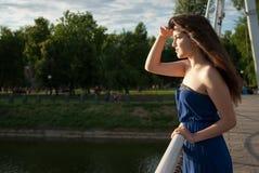 La muchacha seria mira en la distancia cerca del río Fotografía de archivo