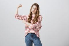 La muchacha siente que triste ella no es bastante fuerte al individuo del pedazo de su clase Retrato de la mujer adolescente desc Fotografía de archivo libre de regalías