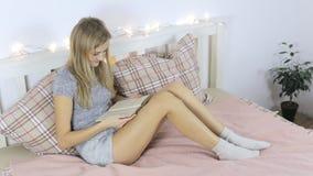 La muchacha soñadora lee un libro almacen de video