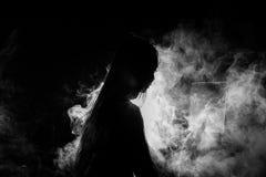 La muchacha sola del corazón quebrado puede llorar, fumar la niebla en fondo oscuro imagen de archivo libre de regalías