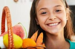 La muchacha sonriente con la cesta Foto de archivo libre de regalías