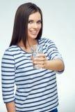 La muchacha sonriente con los apoyos dentales muestra el vidrio de agua Fotografía de archivo libre de regalías