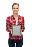 La muchacha sonriente con PC de la tableta con el espacio en blanco scneen Fotografía de archivo