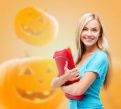 La muchacha sonriente del estudiante con los libros y la tableta empaquetan Fotografía de archivo libre de regalías