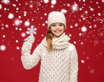 La muchacha sonriente en invierno viste con el copo de nieve grande Imagen de archivo