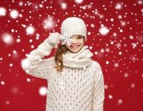 La muchacha sonriente en invierno viste con el copo de nieve grande Fotografía de archivo libre de regalías