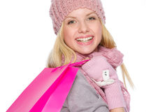 La muchacha sonriente en invierno viste con los bolsos de compras Imagen de archivo libre de regalías