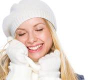 La muchacha sonriente en invierno viste el goce de la bufanda suave Imágenes de archivo libres de regalías